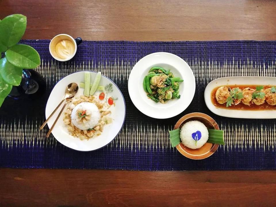 'Mysterious' เสื่อปูโต๊ะรับประทานอาหาร
